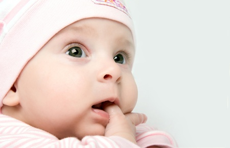 unconcerned: Ni�a parece despreocupada mientras su dedo