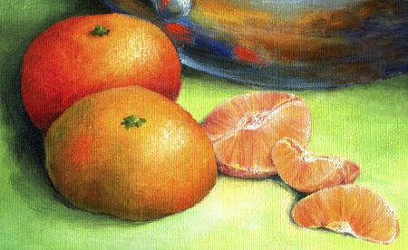 Bright tangerine on a green background.  Two ripe red mandarin and tangerine peeled cloves third. Banque d'images