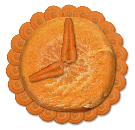 Orange watch from fresh carrots on a white background. Bright clock face, consisting of longitudinal and transverse slices of carrot. Banque d'images