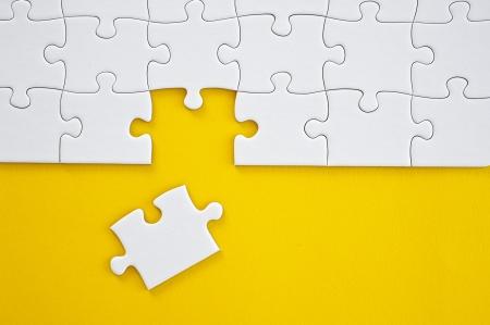 piezas de rompecabezas: El trabajo en equipo de negocios por concepto de piezas de un rompecabezas Foto de archivo