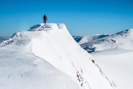 Man op de top van de berg