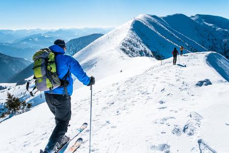 montañas nevadas: skialpinists de grupo en las montañas nevadas