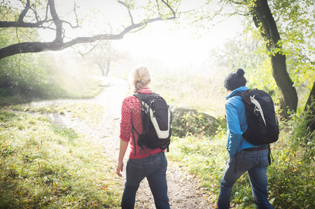 Dos muchachas en caminata del otoño