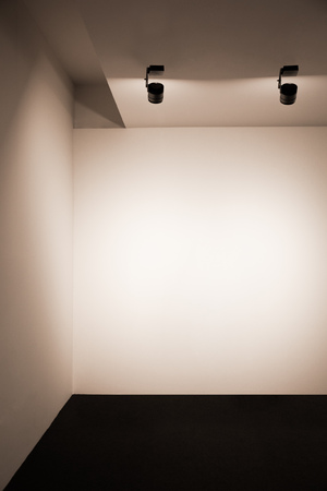 Exhibition space with lights, Empty white gallery wall, Illuminated beige wall in presentation room, Empty gallery interior 版權商用圖片