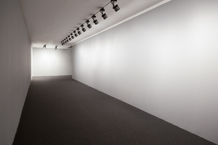 Showroom for images, Presentation room with white lighted walls, Empty wall for images in perspective, Exhibition room lights, White showroom perspective 版權商用圖片