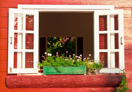 primavera: ventana con caja de flores Foto de archivo