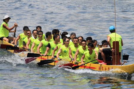 dragonboat: HONG KONG  MAY 25 2014: Unidentified team competes at the 2014 Dragon Boat Race to celebrate the Tuen Ng festival at Chai Wan bay on May 25 2014 in Hong Kong. Editorial