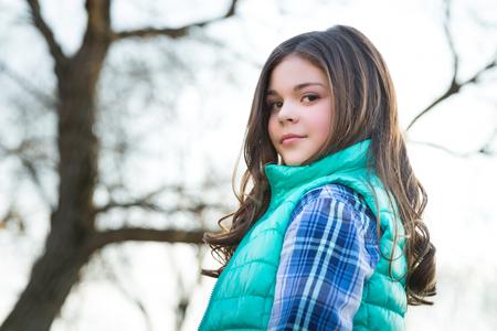 , Divertido y con estilo muchacha del tween caucásica linda Foto de archivo - 55799730