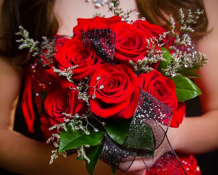 gros plan de rouge rose bouquet de fleurs avec le cavalier de pédale