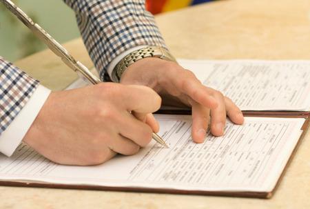 scrawl: Foto del novio de firmar el certificado de matrimonio