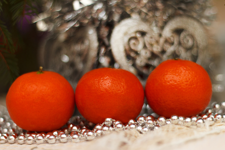 Rip tangerines against the background of a brilliant New Year's decor Banque d'images - 119619631