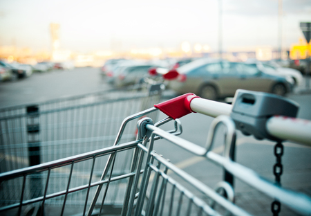 shopping carts near the shopping mall parking outddors Standard-Bild