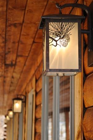 lighting fixtures: Instalaciones de alumbrado exterior en un motel de caba�a de troncos Foto de archivo