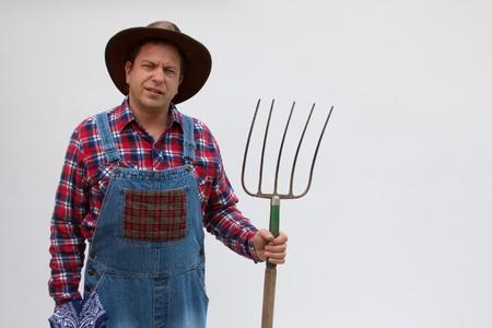 agricultor: Hillbilly o un agricultor de pie, con una horquilla.