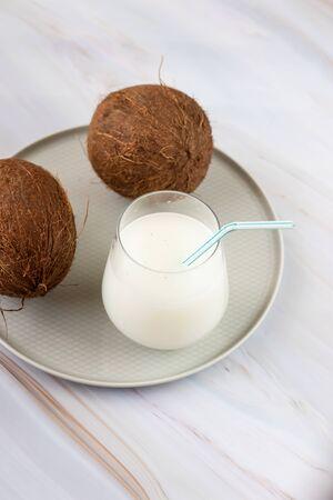 bruine kokosnoot met stro, tropisch verfrissend drankje. Kokosmelk Stockfoto