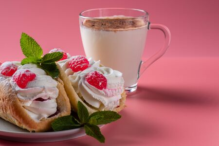 Air cake with raspberries on a saucer. Kefir with cinnamon, fermented drink. Pink background Foto de archivo - 135469560