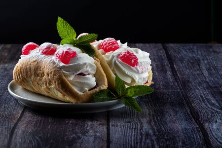 Airy raspberry cake in a plate on a wooden background Foto de archivo - 135469562