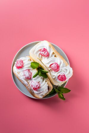 Airy raspberry cake in a plate on a pink background Foto de archivo - 135469568