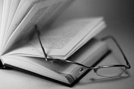 Close-up van geopende boek en glazen  Stockfoto - 3928148