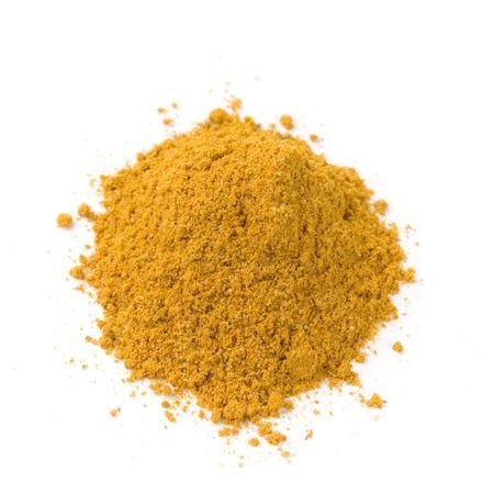 pool van heldere curry poeder geïsoleerd op witte achtergrond