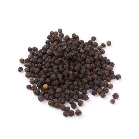 sommige zwarte peper geïsoleerd op witte achtergrond  Stockfoto