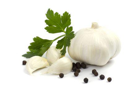 perejil: ajos con pimiento verde y negro hojas de perejil en el fondo blanco Foto de archivo