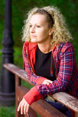 Outdoor portret van een trieste vrouw