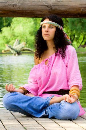mujer hippie: fotograf�a de una mujer hermosa hippie meditar sobre la playa fluvial