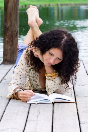 mujer hippie: al aire libre retrato de una bella mujer leyendo un libro