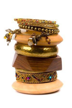 stack van metalen en houten armbanden geïsoleerd op witte achtergrond
