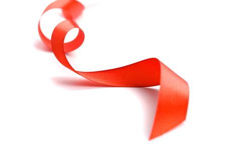 rood satijnen lint close-up op witte achtergrond Stockfoto