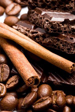 rangschikking van chocolade, koffie en Kaneel stokken