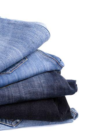 denim: pila de blue jeans portarretrato sobre fondo blanco