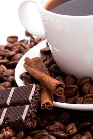 Kopje koffie bonen, kaneel en zwarte chocolade close-up  Stockfoto - 5991595