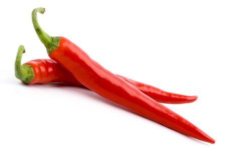 twee rode kille pepers geïsoleerd op witte achtergrond