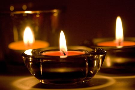 drie kaarsen vlammen in de donkere close-up
