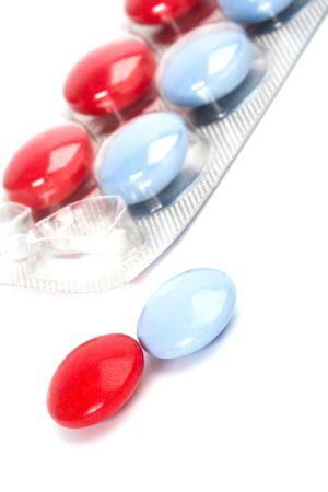 blister: rode en blauwe pillen in plastic blister close-up
