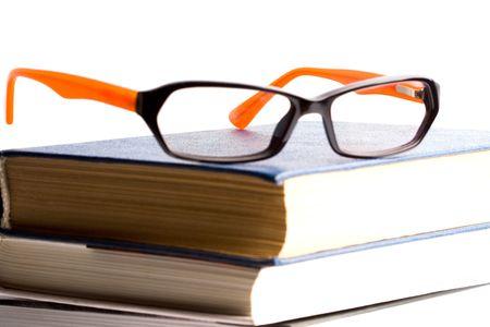 boeken en glazen closeup op een witte achtergrond