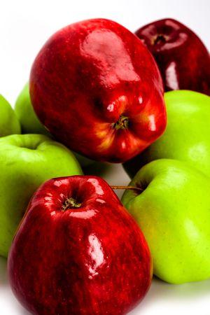 Berg van het groene en rode appels close-up