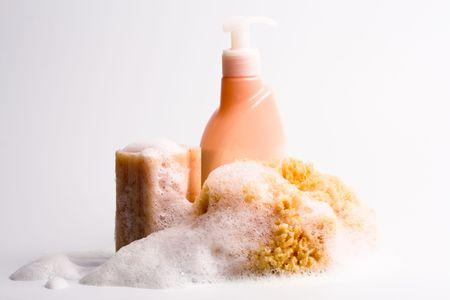 gel douche: gros plan du gel douche, �ponges naturelles et du savon