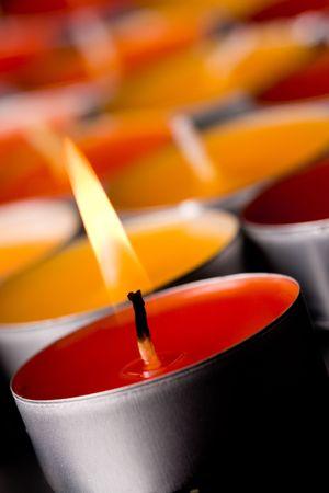 macro foto brandende kaarsen op een donkere achtergrond.  Stockfoto