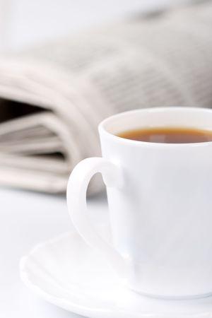 periodicos: taza de caf� y la pila de peri�dicos portarretrato  Foto de archivo