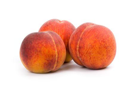 Drie perziken geïsoleerd op witte achtergrond  Stockfoto - 7117854