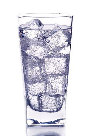 bebidas frias: vidrio con isotated de agua helada sobre fondo blanco  Foto de archivo