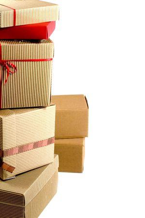 corriere: pila di scatole di cartone close up su sfondo bianco  Archivio Fotografico