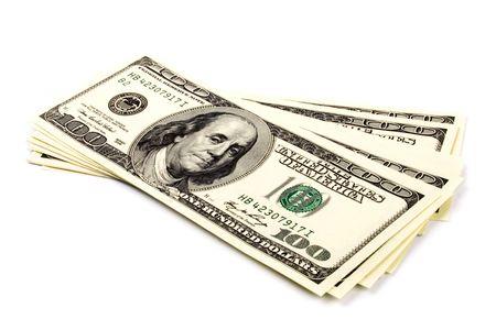 cash: pila de billetes de cien d�lares U.S. sobre fondo blanco