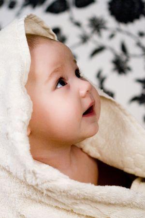 baby towel: Retrato de peque�o beb� y la toalla blanca  Foto de archivo
