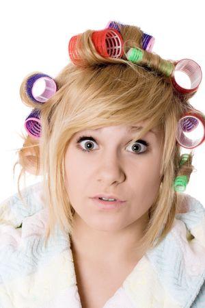 Closeup Portrait of funny Hausfrau mit Lockenwickler auf weiß