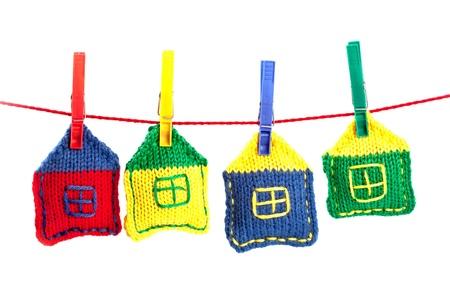 colourful houses: cuatro casas de colores de punto en una cadena de color rojo sobre fondo blanco