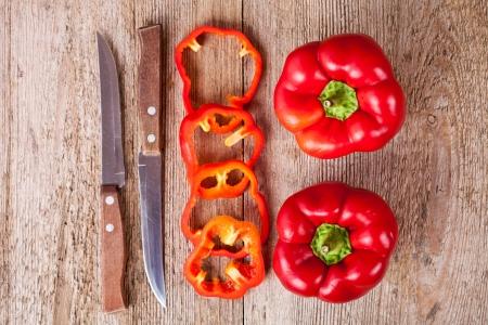 full red: affettato e pieno peperoni rossi e coltelli vecchi rustico tavolo di legno